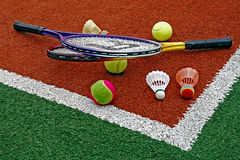 Tennisball-, Badmintonfederbälle u. Racket-1 Stockfoto