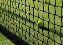 Tennisball hinter dem Netz stockfotos