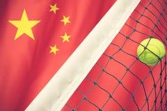 Tennisball im Netz auf Flagge China Lizenzfreie Stockfotos