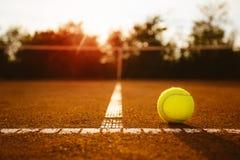 Tennisball mit Netz im Hintergrund Lizenzfreies Stockbild