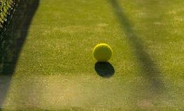 Tennisball nah an dem nett lizenzfreies stockbild