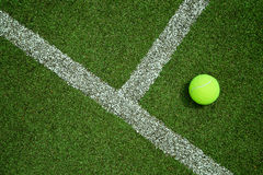 Tennisball nahe der Linie auf dem Tennisrasenplatz gut für backgro Lizenzfreies Stockfoto