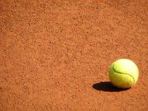 Tennisball sulla corte immagine stock libera da diritti