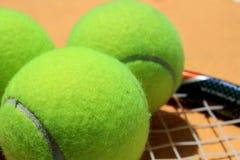 Tennisball und Schläger lizenzfreie stockfotos