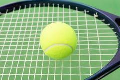 Tennisball und Schläger Stockfoto