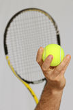 Tennisball und Vorbereiten, einen Service zu machen Stockfotos