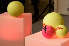 Tennisballen als herinneringen en giften voor fans stock foto's