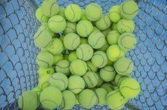 Tennisballen in de mand Stock Afbeeldingen