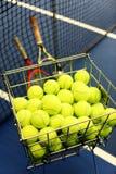 tennisballen in een mand stock fotografie