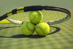 Tennisballen en racket op het grashof stock foto
