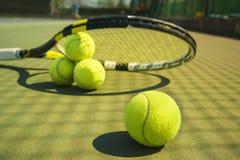 Tennisballen en racket op het grashof stock afbeelding