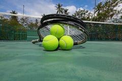 Tennisballen en racketten op hof royalty-vrije stock afbeelding