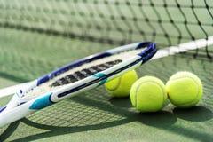 Tennisballen op een tennisbaan Stock Foto