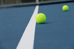 Tennisballen op Hof dichtbij lijn Stock Fotografie