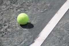 Tennisballen op Hof dichtbij lijn Stock Afbeelding