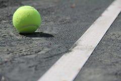 Tennisballen op Hof dichtbij lijn Royalty-vrije Stock Fotografie