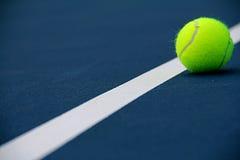 Tennisballen op Hof dichtbij lijn Royalty-vrije Stock Afbeeldingen