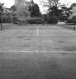 Tennisbana i svartvitt Arkivfoton