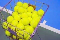Tennisbana med en bollkorg Arkivfoton