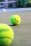 Tennisbana med tennisbollen Arkivbild