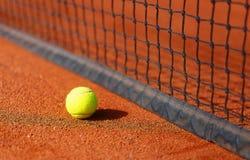 Tennisbana med tennisbollen och antukabakgrund Royaltyfri Foto