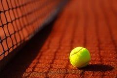 Tennisbana med tennisbollen och antukabakgrund Royaltyfri Fotografi