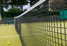 Tennisbana och tennis-boll Arkivfoton