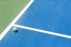 Tennisbanabolli/ut, överdängare/vinnare royaltyfri fotografi
