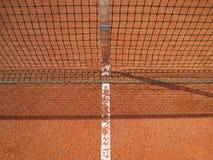 Tennisbanan fodrar med netto    Royaltyfri Foto