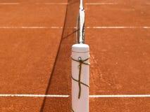Tennisbanan fodrar med netto (70) Arkivfoton
