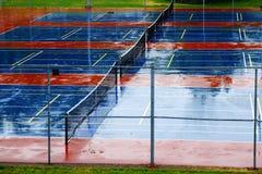 Tennisbanor i regn Storn med vatten Royaltyfri Fotografi