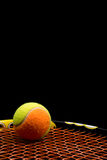 Tennisboll för ungar med tennisracket Royaltyfri Foto