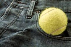 Tennisboll i mittfacket royaltyfria foton