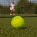 Tennisboll och kontur av tennisspelaren Royaltyfri Foto