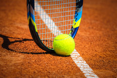 Tennisboll och racket på domstolen Arkivfoto