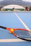 Tennisboll och tennisracket Fotografering för Bildbyråer