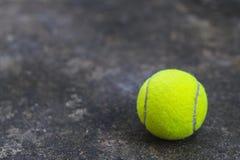 Tennisboll på den smutsiga jordningen Royaltyfri Foto