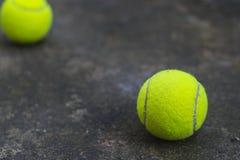 Tennisboll på den smutsiga jordningen Royaltyfria Bilder