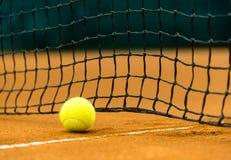 Tennisboll på en leradomstol Royaltyfri Foto
