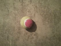 Tennisboll på en plan yttersida arkivbilder