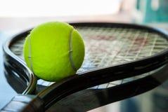 Tennisboll på en racket Fotografering för Bildbyråer