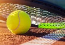 Tennisboll på en tennisbana Arkivbilder