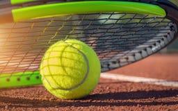 Tennisboll på en tennisbana Royaltyfri Bild