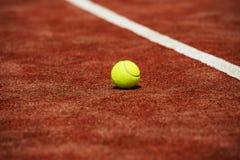 Tennisboll på lägga för tennisbana arkivfoto