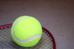 Tennisboll på racket arkivfoton