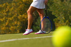 Tennisboll på tennisbanan med spelaren i bakgrunden Royaltyfri Fotografi