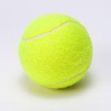 Tennisboll som isoleras på en grå bakgrund Royaltyfri Bild