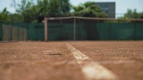 Tennisboll som studsar på aska som ut utanför landar stock video