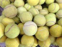 Tennisbollar i korg Arkivfoton