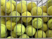 Tennisbollar i korg Fotografering för Bildbyråer